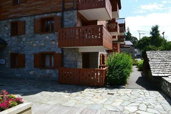 Apartamentos Pierre & Vacances Premium Fermes Soleil: Vue appartements depuis l'accueil