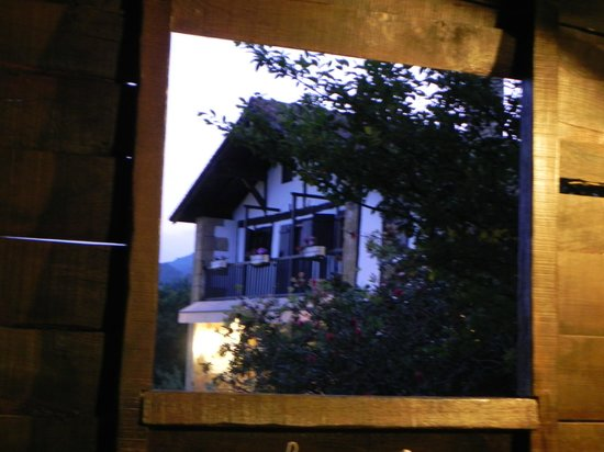 Casa Rural Arotzenea: Casa vista desde el cobertizo