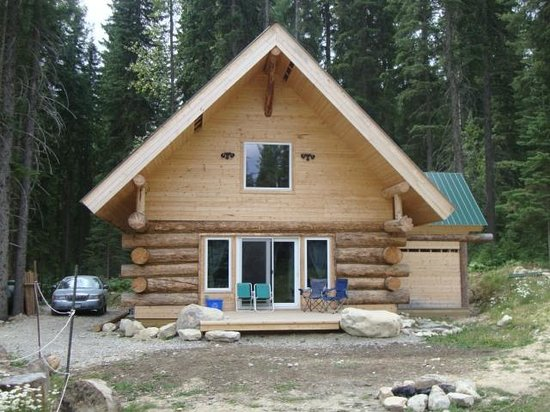 Beaverfoot Lodge: Cabin with a loft that the kids & bride's maids stay in