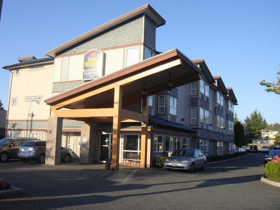 Best Western Peace Arch Inn : Hotel Set Back from Highway