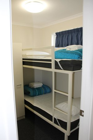 Jervis Bay Holiday Cabins: typical bunk beds