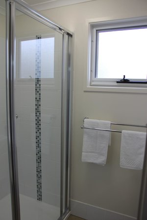Jervis Bay Holiday Cabins: bathroom / showers