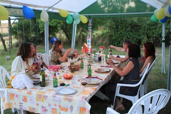 Saint Aubin du Desert, Francia: Outdoor dining
