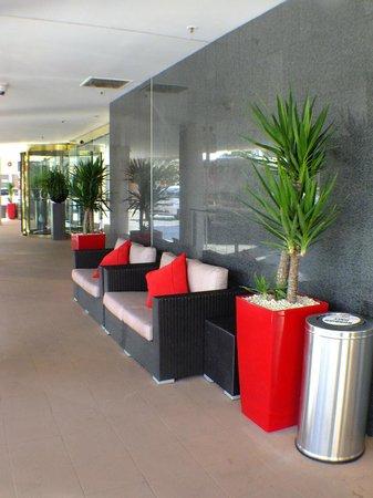 Novotel Sydney Parramatta: Lounge outside front entrance