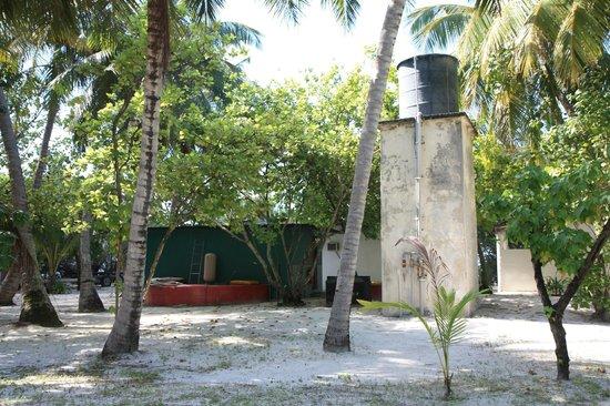 Asdu Sun Island: hinter den Bungalows