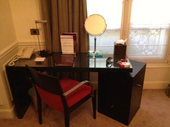 Hotel de la Tremoille: Escritorio