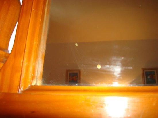 Morana Apartments: Spiegel voller ekligen Flecken