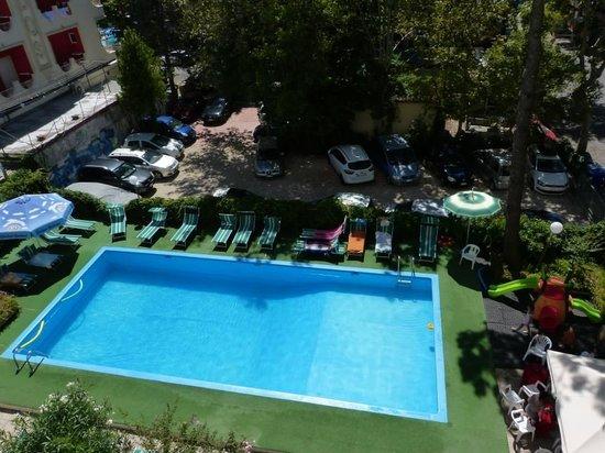 Hotel Aiglon: Vista piscina dalle camere