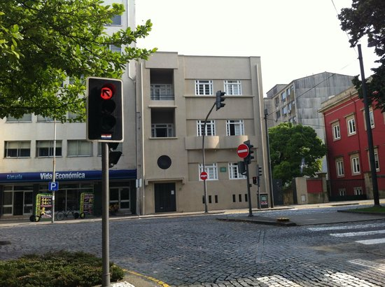 Spot Oporto Hostel : The hostel (entrance is to the right of the building)
