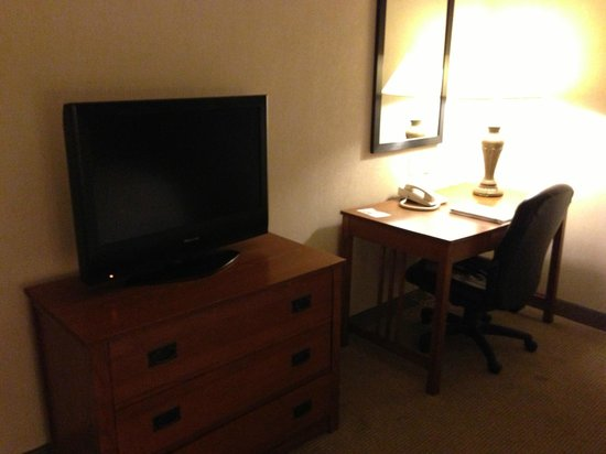 Hampton Inn Bloomsburg : Work area and TV