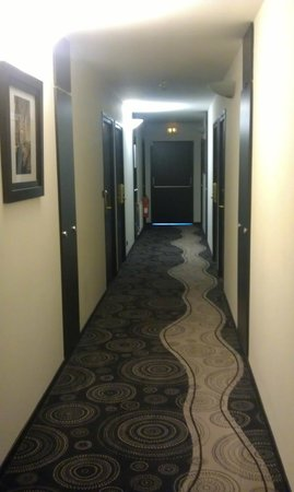 Hotel Lille Europe: Hallway ro the room