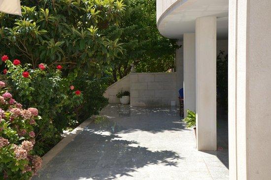 Hotel Villa Daniela: Gång framsidan