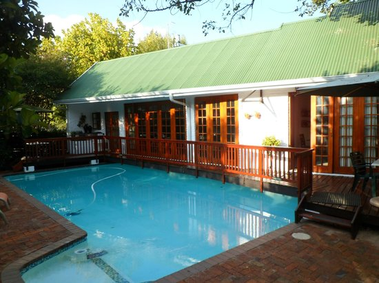 Rivonia Bed & Breakfast: When the weather is good, dinner is served near the pool