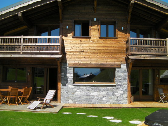 Chalet Virolet : Garden area with hottub and terrace seating area