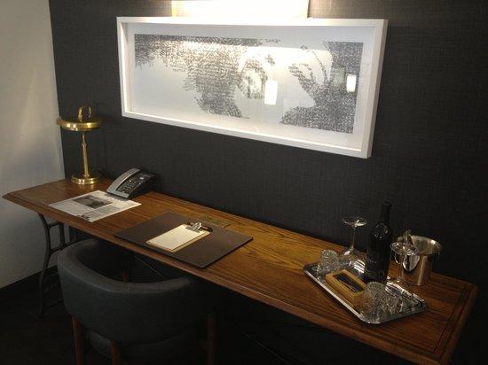 Refinery Hotel: Beautiful desk area