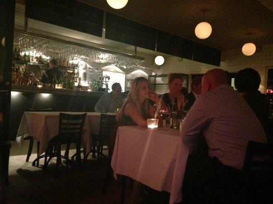 Pastis: Et kik ind i den helt åbne restaurant fra et bord under markisen