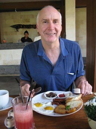Inata Hotel Monkey Forest : Geoff having breakfast in pavilion near the pool