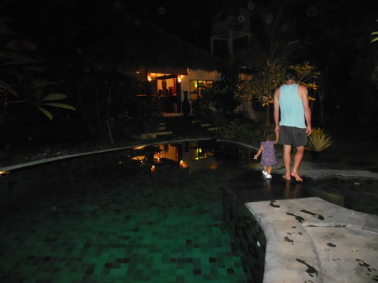 Lullaby Bungalows: Nightime pool view