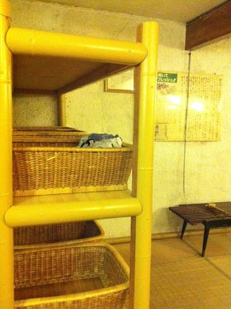 Shunkoso: Changing room for hot springs - shelf with baskets for personal belongings