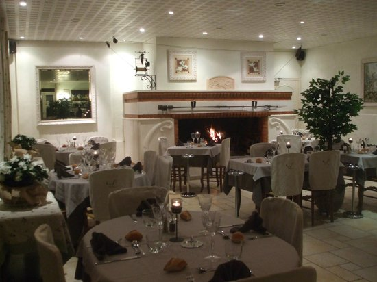 La Touloubre : Salle de restaurant