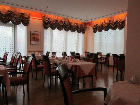 Sheraton Carlton Hotel Nürnberg: Dining Room during my late dinner at 9:00 p.m.