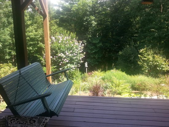 Bent Creek Lodge: porch swing