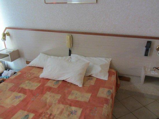 Fiori de Cala Rossa: Où est le lit king size qui devrait aller avec la tête de lit?