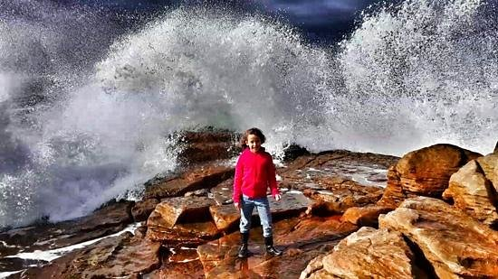 Ponto Grille & Carvery: Waves breaking on the rocks outside Ponto Grill