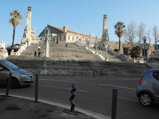 Ibis Marseille Centre Gare Saint-Charles: Le grand escalier devant la gare Saint-Charles;