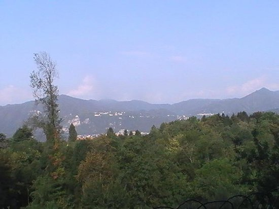 Albergo Monterosa: Panorama dal giardino dell'hotel