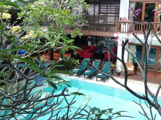 Villa Casis: Vue sur la piscine et une maison depuis le 1er étage de la maison du fond