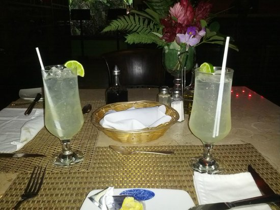 Rio Celeste Hideaway Hotel : Guaro sours at the restaurant