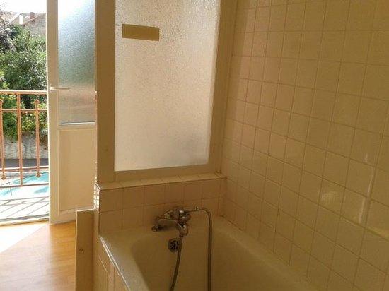 Hotel de la Poste: Spacious bathroom!