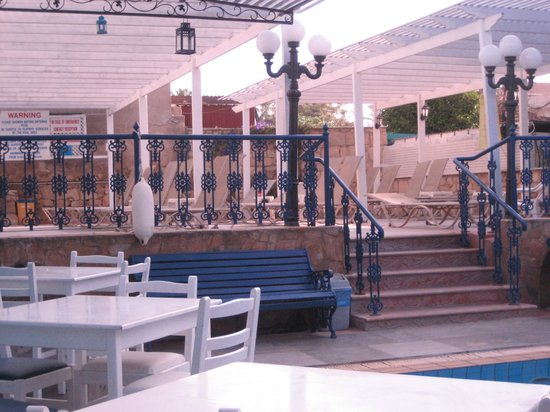 Nereus Hotel: to the other pool