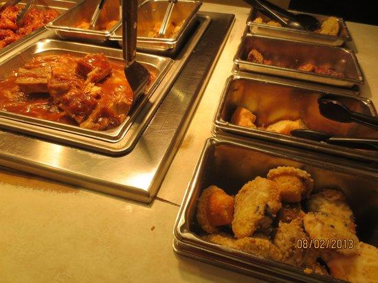 Der Dutchman Restaurant: Some buffet food, including muffins and chicken