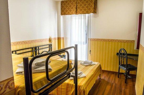 camera matrimoniale con letto a castello - Picture of Hotel Consul ...