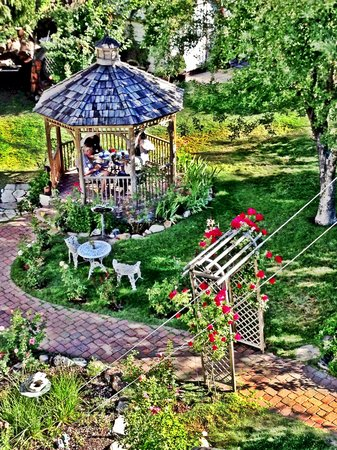 Dream Inn Mount Shasta: Dream Inn Breakfast in the Garden  Gazebo    Photo by Lonna
