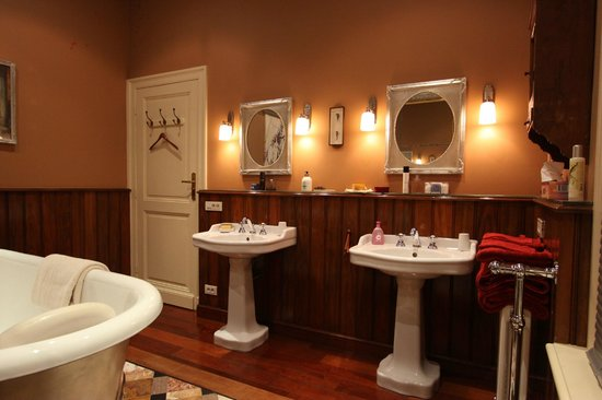 B&B De Lachende Engel: Bathroom for the red room