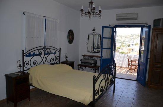 Helios Lipsi: La camera da letto matrimoniale al piano superiore