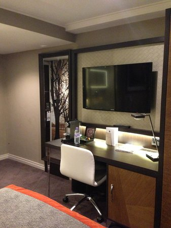 DoubleTree by Hilton - London Hyde Park: Desk
