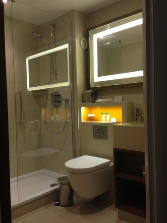 DoubleTree by Hilton - London Hyde Park: Bathroom