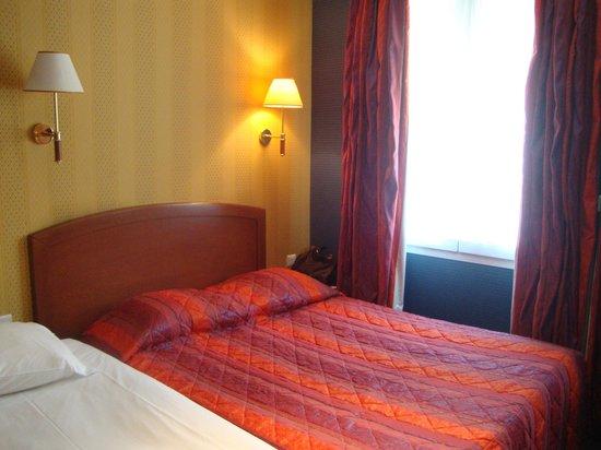 Hotel Charlemagne: Triple Bedroom on Ground Floor