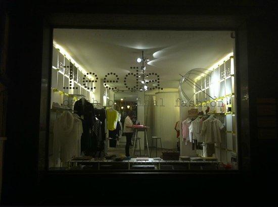 Leeda: Night window