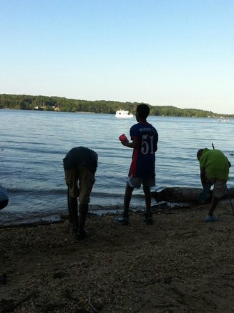 Pohick Bay Regional Park Campgrounds : rock skipping on the bay