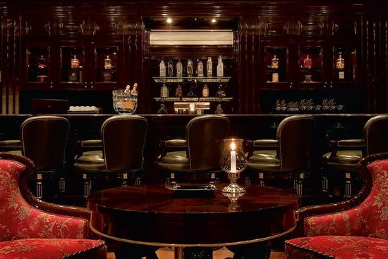 The Ritz-Carlton, Moscow: Lobby bar with finest selection of cigars and whis