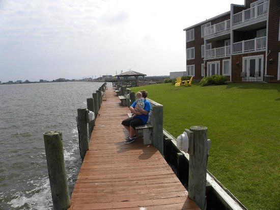 Oasis Suites Hotel: My Grandson and Granddaughter sitting on the dock.