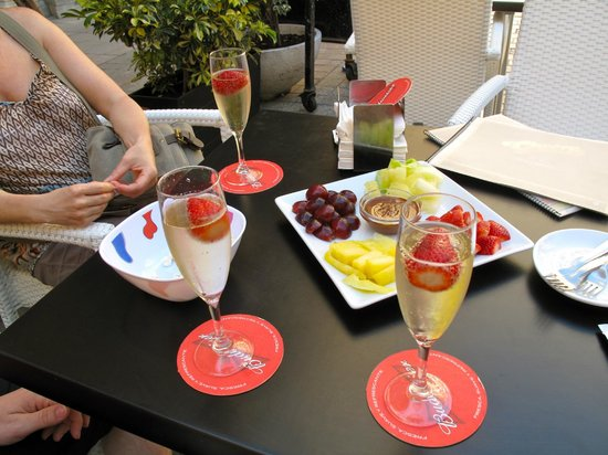 Cafe Bar Cheers: fruit and champagne