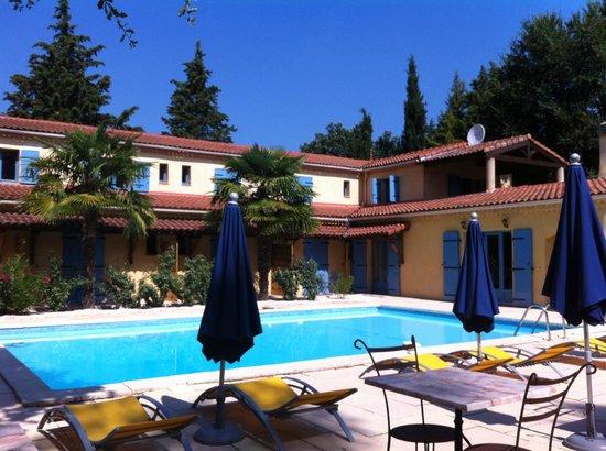 Hotel Lou Valen: Vue sur la piscine et l'hôtel,depuis les tables de petit déjeuner, sur la terrasse