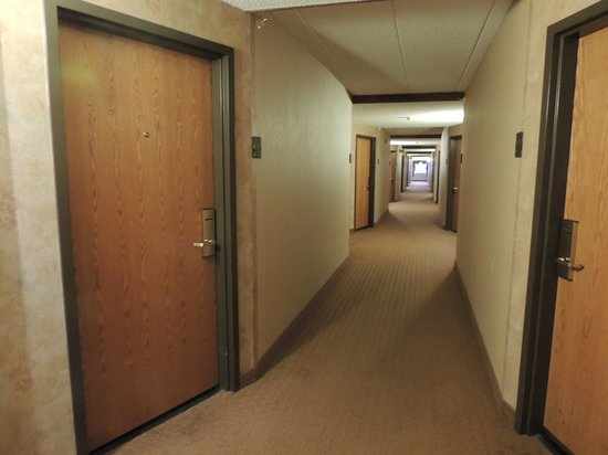 Best Western Plus Dakota Ridge: Wide hallways, doors are at an angle