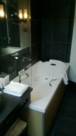 Hotel Au Coeur du Village: Salle de bains